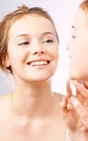白い歯が魅力的な笑顔を作る